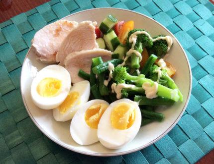 自家製チキンハムとゆで卵の朝食
